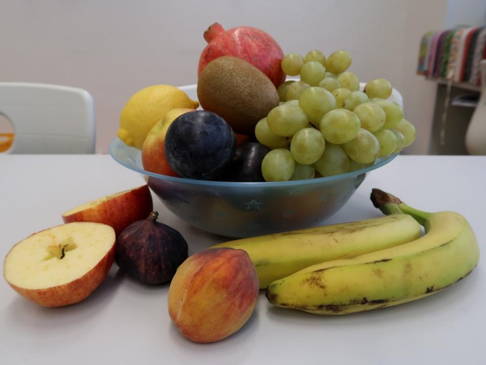 Zelenina i ovoce nám chutnají! To žáci 2. E v hodinách prvouky při určování ovoce a zeleniny přesvědčivě dokázali... :-)